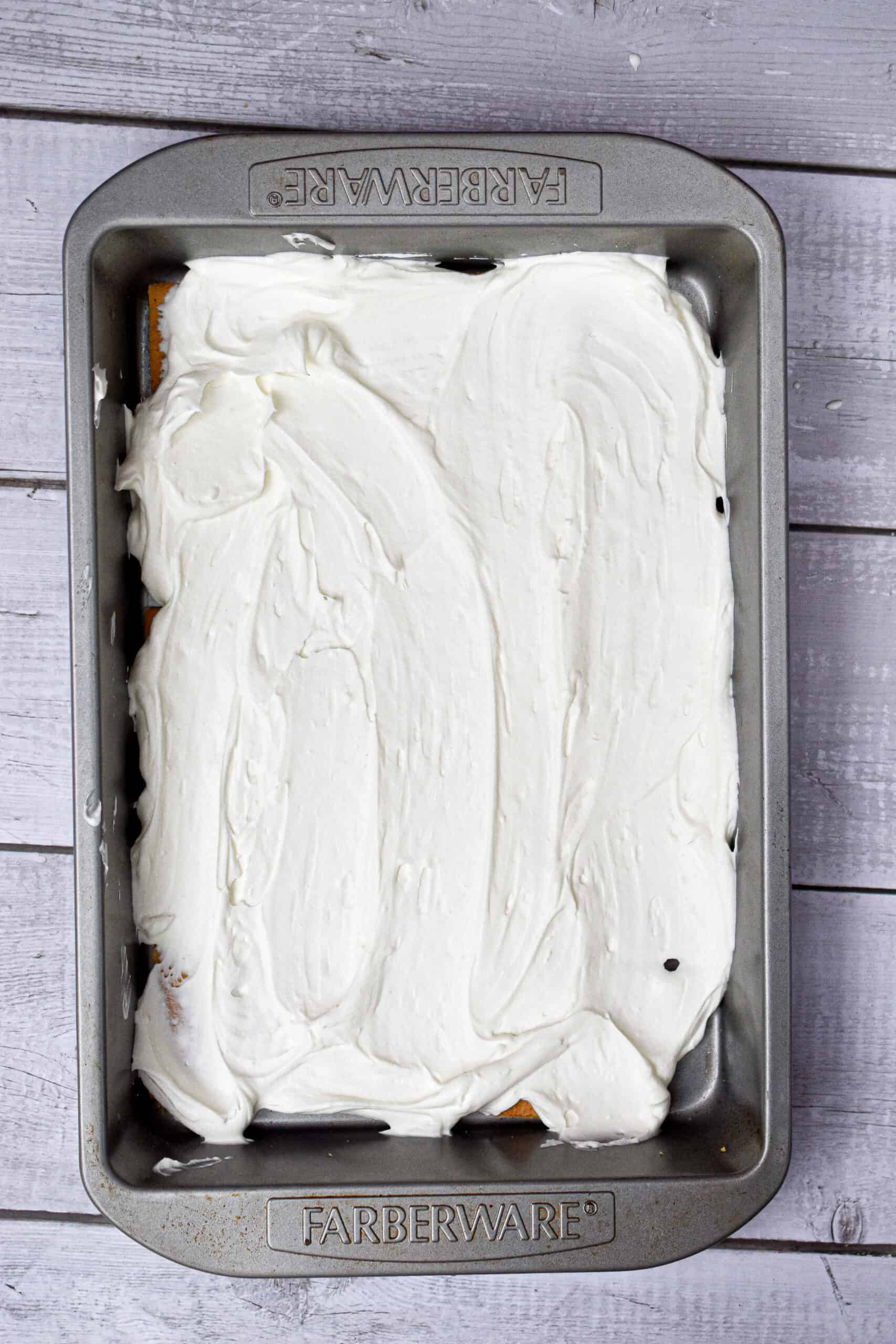 Top the graham crackers with the cream cheese and whipped cream mixture